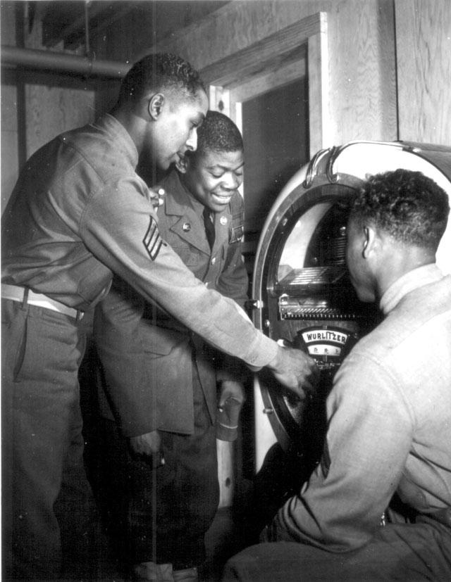 Soldiers listening to a jukebox. N.d. 208-LU-35CC-4.